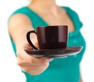 Caffè del servizio della cameriera di bar Fotografia Stock