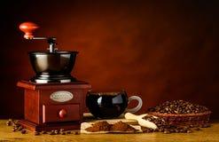 Caffè della tazza con gli ingredienti e la smerigliatrice Fotografia Stock Libera da Diritti