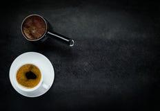Caffè della tazza con lo spazio della copia e della caffettiera Fotografia Stock