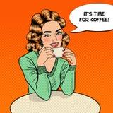 Caffè di Art Young Beautiful Woman Drinking di schiocco in caffè Fotografie Stock Libere da Diritti