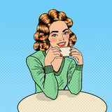 Caffè di Art Young Beautiful Woman Drinking di schiocco in caffè Fotografia Stock Libera da Diritti