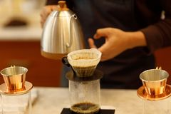 Caff? di versamento di barista del giovane immagine stock