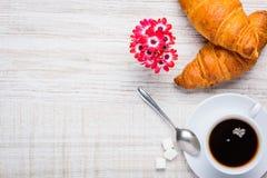 Caffè e croissant con lo spazio della copia Fotografie Stock
