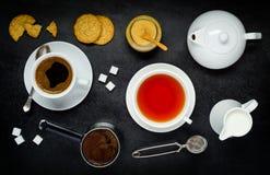 Caffè e tè con i biscotti ed il latte Fotografie Stock Libere da Diritti