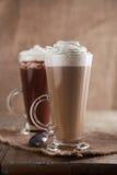 Caffè Latte e cioccolato caldo con panna montata Fotografie Stock