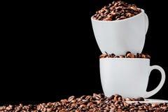 Caff? nero in chicchi bianchi di caff? e della tazza su fondo nero Vista superiore, spazio per testo fotografia stock libera da diritti