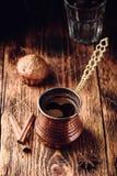 Caff? turco con le spezie ed i muffin fotografia stock libera da diritti