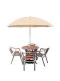 Caffe桌椅子遮阳伞,隔绝在白色背景 库存图片