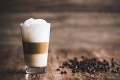 Caffe latte ablegrujący fotografia stock