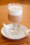 Caffe latte die in een glas wordt gediend Royalty-vrije Stock Foto's