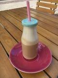 Caffe Latte i en glasflaska arkivfoto