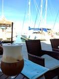 Caffe Latte i Parga Grekland fotografering för bildbyråer