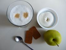 Caffe-Latte mit Keksen und einem Apfel Stockfotos