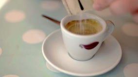 Caffee di miscelazione su un fondo pastello alla moda al rallentatore stock footage