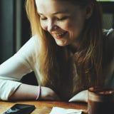 Caffetteria della donna della gioventù facendo uso del concetto dello Smart Phone Fotografia Stock Libera da Diritti