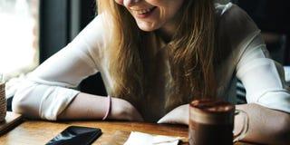 Caffetteria della donna della gioventù facendo uso del concetto dello Smart Phone Fotografie Stock Libere da Diritti