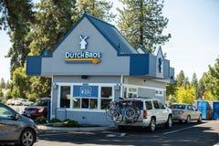 Caffetteria di DutchBros con le automobili che allineano per comprare una bevanda fotografia stock libera da diritti