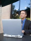 Caffetteria di wifi dell'uomo d'affari Fotografia Stock