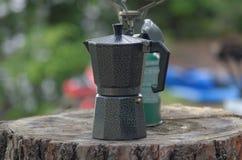 Caffettiera del caffè espresso e stufa di campo fotografie stock