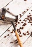 Caffettiera e caffè sparso immagini stock libere da diritti