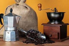 Caffettiera Kaffeebohnen und Schleifer Lizenzfreie Stockfotos