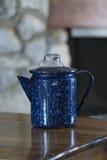 Caffettiera macchiata blu d'annata Fotografia Stock