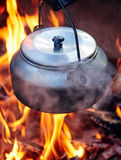 Caffettiera metallica nel calore del fuoco di accampamento Fotografia Stock Libera da Diritti