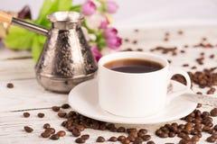 Caffettiera, tazza e caffè sparso fotografia stock