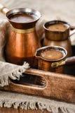 Caffettiere con caffè nero caldo fresco Fotografia Stock Libera da Diritti