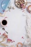 Cafémenürahmen Tasse Kaffee und Kuchen Frischer Morgenespresso, Draufsicht, Kopienraum Lizenzfreie Stockfotografie