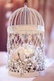 Cage à oiseaux avec des fleurs Photo stock