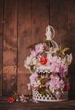 Cage à oiseaux avec le coeur en bois Photographie stock