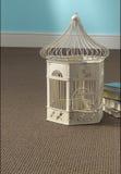 Cage à oiseaux sur le tapis Image stock