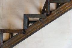 Cage d'escalier rouillée en métal soudé sur le fond gris de beton photographie stock libre de droits