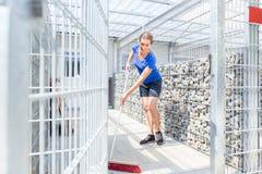 Cage de chien de nettoyage de gardien du zoo dans le refuge pour animaux photos libres de droits