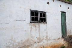 Cage de poulet blanche abandonnée avec des fenêtres photo libre de droits