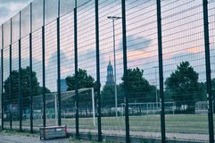 Cage du football du football de Hambourg de sternschanze de nuit d'arène image libre de droits