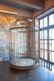 Cage humaine de rond énorme de fer avec un intérieur d'oscillation meubles de bdsm faits d'acier photographie stock libre de droits