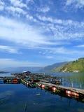 Cage traditionnelle de poissons dans le lac Toba images libres de droits