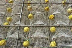 Cages pour attraper des fruits de mer empilés dans le port photographie stock