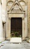 Cagliari: entrada de la catedral de Santa Cecilia en el distrito del castillo - Cerdeña imagenes de archivo