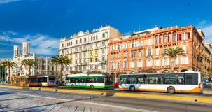 Cagliari Italien: Färgrika historiska byggnader på den Cagliari sjösidan Royaltyfria Bilder