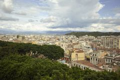 Cagliari onder de wolken stock foto
