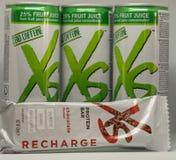 CAGLIARI WŁOCHY, GRUDZIEŃ, - 2018: XS sporta odżywiania napoje na białym tle i bar Nutrilite naturalny i weganinów nadprogramy n zdjęcie royalty free