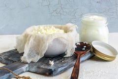 Cagliata fresca e un barattolo di latte acido immagini stock libere da diritti