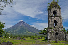 Cagsawakerk met beroemd binnen Onderstel Mayon Stock Foto's