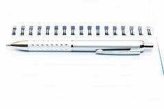 Cahier avec le crayon lecteur photo stock