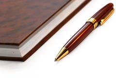 Cahier avec le crayon lecteur images stock