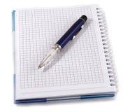 Cahier avec le crayon lecteur bleu Images libres de droits