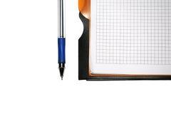 Cahier avec le crayon lecteur sur le fond blanc photo stock